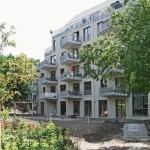 Die quer orientierten Gebäude, hier LIZ, ermöglichen Durchblicke von der Straße zum dahinter liegenden Hochdamm der früheren Görlitzer Bahn - heute ein denkmalgeschützter Grünzug. Bilder: Hoeft
