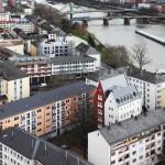 Gesamtblick auf das nachverdichtete Wohnviertel am Main mit der neuen Spitzgiebel-Architektur.