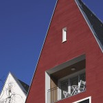 Klare Formen - klare Farben: Weißer Glattputz neben rotem Kammputz.