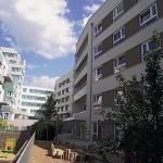 Der Gartenhof ist für verschiedene Zielgruppen konzipiert und durch das Gebäude von Feddersen Architekten vom Schall der Bahn abgeschirmt. Bild: Feddersen Architekten