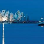 """Die elf kristallin geschnittenen Baukörper der Wohnanlage """"The Iceberg"""" im dänischen Aarhus verfügen über helle Fassaden und schimmernde Aluminiumdächer."""