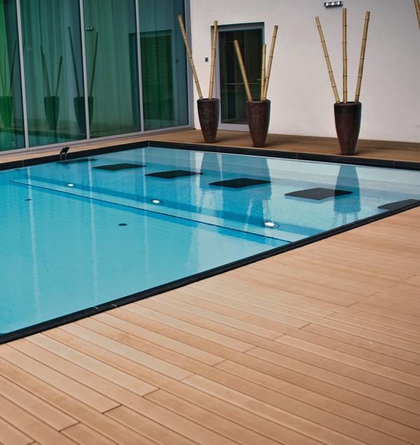 Pool mit umgebendem Plankenfußboden. Bild: Salamander Industrie-Produkte