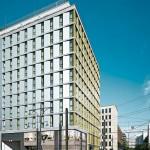 Apartmenthauses in Berlin: Damit ohnehin knapper Raum nicht verloren geht, gibt es in jeder Wohnung Glasschiebetüren mit entsprechender Beschlagtechnik.