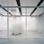 Satinierte Glastrennwände im Büro