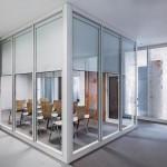 Glastrennwände im Büro mit integrierten Verdunkelungsanlagen