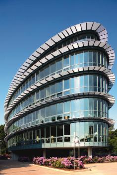 In der Außenansicht entspricht das Sonnenschutzglas farblich in etwa den Deckprofilen aus Aluminium.