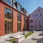 Innenhof mit barocküberformtem Hauptgebäude und neu gebautem Rückgebäude. Bilder: GIMAGirnghuber GmbH (Tony Ott, Landshut)