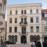 Aus denkmalpflegerischen Gründen erhielten die Stuck- und Fachwerkfassaden eines Wohn- und Geschäftshauses in Schwerin bei der Sanierung eine Innendämmung mit kapillaraktiven Ziegeln (Poroton-WDF).
