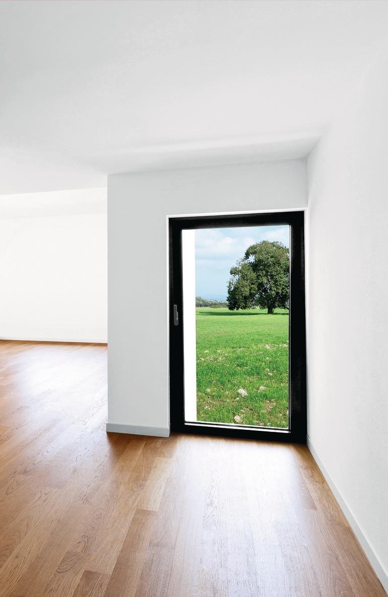Glastür ermöglicht einen Blick in die Natur.