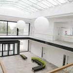 Blick in das Entrée: Große Glasflächen schaffen viel Helligkeit und sorgen für einen freundlichen Empfang.
