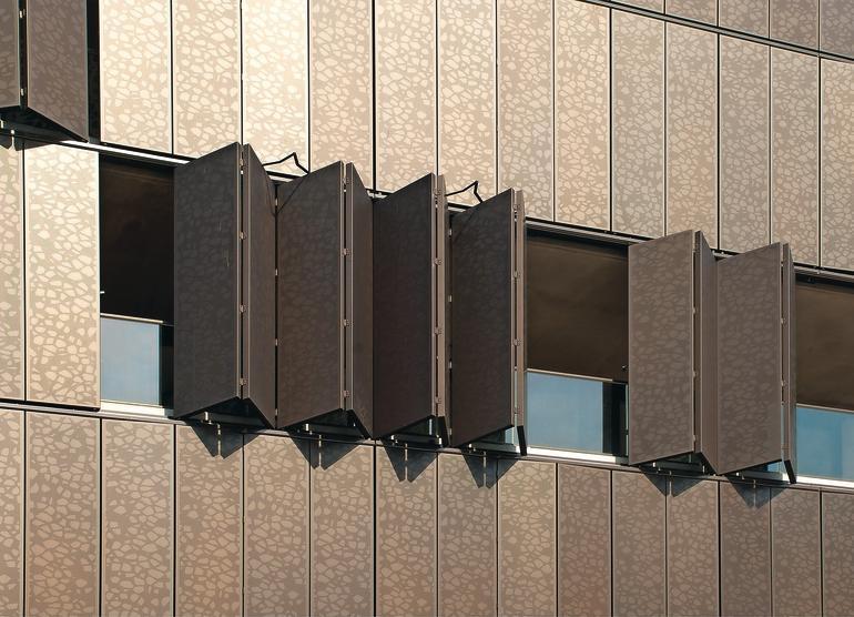 Faltläden aus Metall als integraler Bestandteil der Fassade. Bild: Colt International