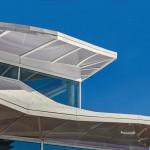 Als spezielle Herausforderungen stellten sich die Dachränder dar. Teilweise dreidimensionale Bewegungen der Dachkante so auszubilden, dass sie eine homogene Ansicht darstellen, war durchaus anspruchsvoll.