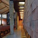 Das Licht in den Seitenschiffen fällt durch die Lichtkuppeln in die Kirche.
