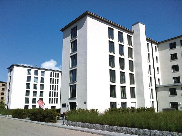 Ein Teil des 4,4 km langen Gebäudekomplexes wird für Wohnungen umgenutzt .