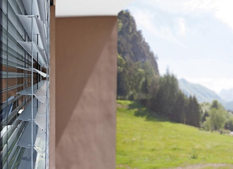 Tageslichtlenkung mit Insektenschutz. Bild: Schlotterer Sonnenschutz Systeme