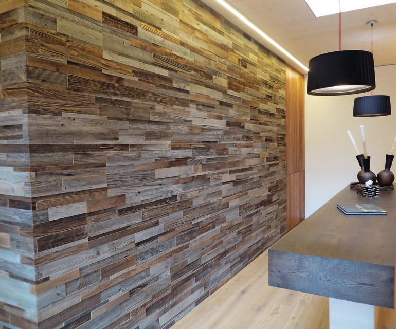 Holzinnenwand aus unterschiedlichen Holzplatten in Klinkermuster. Bild: Admonter