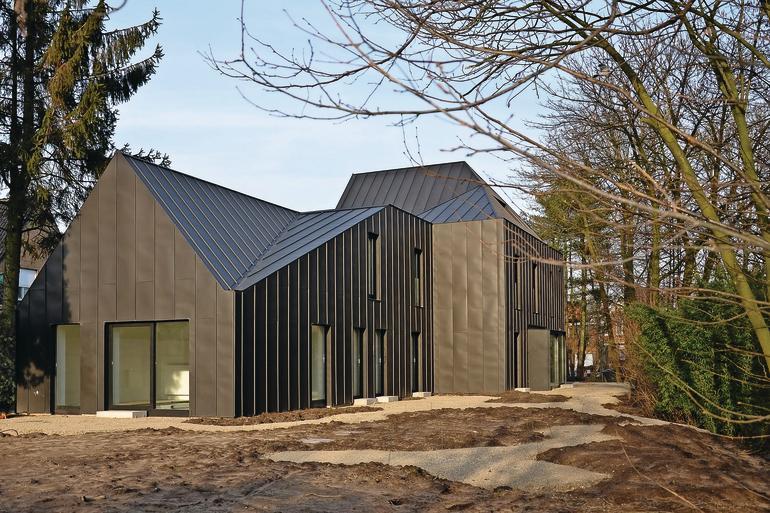 Ein Haus im belgischen Gent wurde mit einer einheitlichen Titanzink-Oberfläche versehen, welche die optische Trennung zwischen Wand und Dach auflöst.