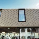 Das Winzer- und Handelshaus erhielt eine Aluminiumhülle aus kleinformatigen Dachrauten. Bilder: Wolfgang Croce | Prefa