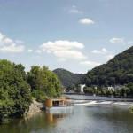 Im Anschluss an Hauptbau und Liegewiese befindet sich die Flusssauna am östlichen Rand auf einem schwimmenden Ponton.