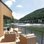 Eine Terrasse über der Lahn ermöglicht direkten Kontakt zum Fluss.