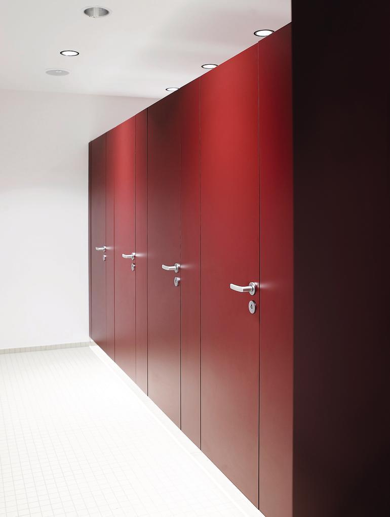 """Rote Toilettenkabinen. Bild: Verarbeiter """"Schäfer Trennwandsysteme GmbH"""": www.schaefer-tws.de"""