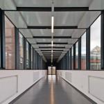 Der Architektur folgen auch die SDT-Lichtbänder in den Fluren, die freitragend an den Sichtbetonwänden angebracht sind. Bilder: Frank Freihofer für Regiolux