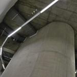 Das Lichtband passt sich den geschwungenen Gebäudeformen an. Die Leitungsführung in Kabelkanälen ist mit Tageslicht- und Präsenzsteuerung ausgerüstet – und mit einem ausgeklügelten Notlicht-System.