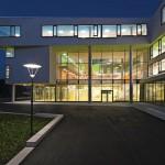 Hell erleuchtetes Schulgebäude. Bilder: David Matthiessen