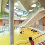 Zentrales Element des Schulgebäudes ist die Aula mit viel Raum für Veranstaltungen.