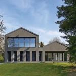 Südfassade: Stützenreihe vor dem Wohnraum und der großzügig verglasten Gästewohnung im OG.