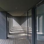 Die raumhohen Fenster und die Stützen betonen das Thema der Vertikalen.
