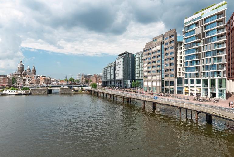 Im Zentrum von Amsterdam auf der Insel Oosterdokseiland gelang eine zeitgemäße Durchmischung von Arbeiten und Wohnen.