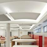 Die Akustiksegel geben der Decke zusammen mit der Beleuchtung eine vom Standard abweichende Optik. Architektur: Hentzschel + Schulz, Würzburg Bild: Knauf AMF