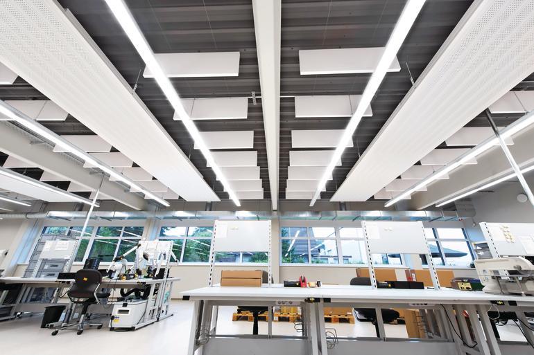Deckensegel verbessern die Raumakustik und tragen gleichzeitig zum industriellen Gebäudedesign bei. Bild: Armstrong Building Products