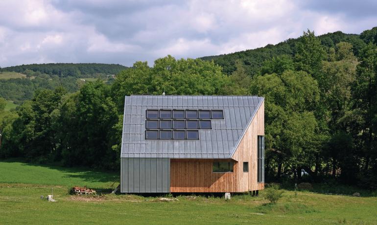 Ein energetisch autarkes Wohnhaus mit Passivhaus-Standard im slowakischen Melcice-Lieskové wurde mit einer schützenden Hülle aus Titanzink versehen.