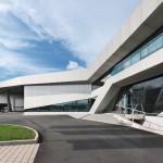 Auf polygonalem Grundriss betont die expressive Linienführung nicht zuletzt die industrielle Funktion des Gebäudes.