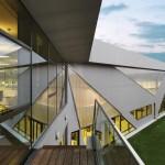 Fassade aus Streckmetall-Aluminium, Polycarbonatplatten als Lichtbauelemente und großflächigen Glasflächen.