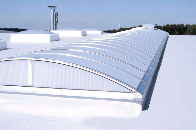 Flachdach mit Lichtband und Oberlichtern. Bild: Lamilux