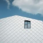 Die vorgehängte hinterlüftete Fassade bietet besten Witterungsschutz und glänzt durch die silbrig-metallische Aluminium-Wandraute.