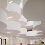 Das Foyer des Neubaus empfängt mit schöner Kontrastwirkung mit Weiß.