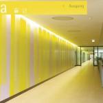 Gelbe Farbwand im OG Westteil: Auch hier schmale, vertikale Flächen in fünfzehn Farbtönen der jeweiligen Grundfarbe.