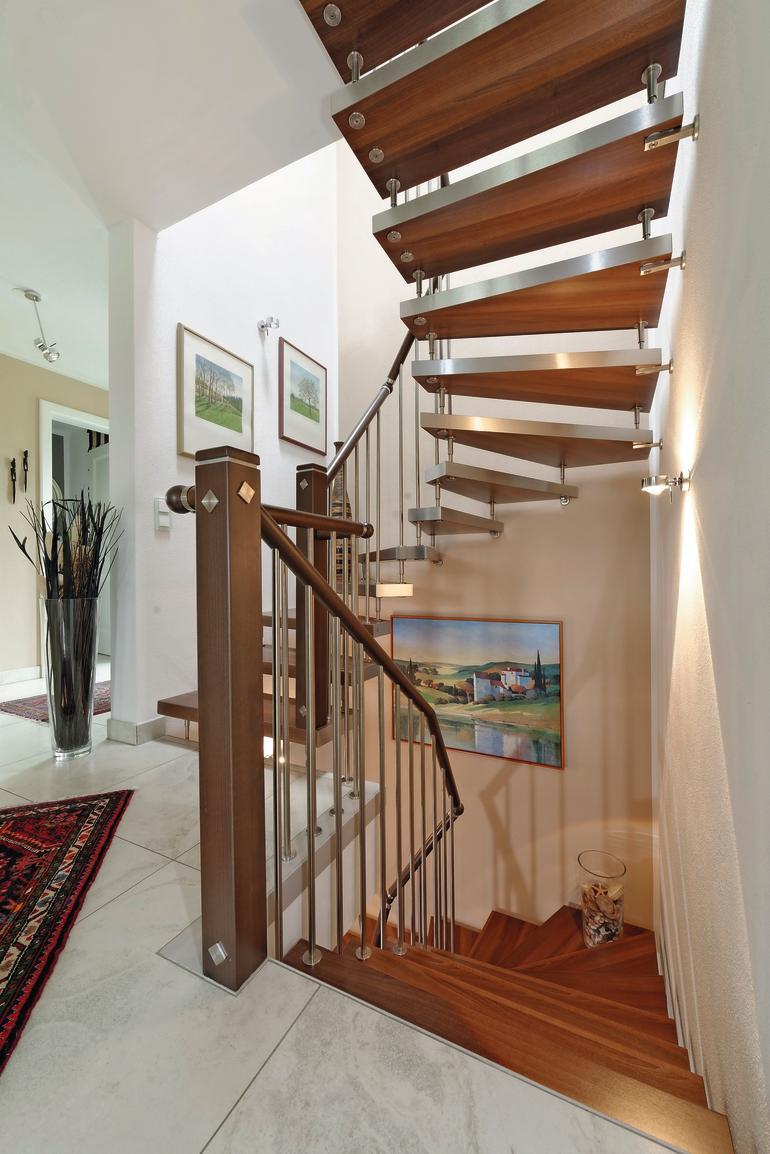 Die Treppe aus dunklem Holz und Edelstahl setzt sich durch das gesamte Haus fort. Bild: Kenngott-Treppen