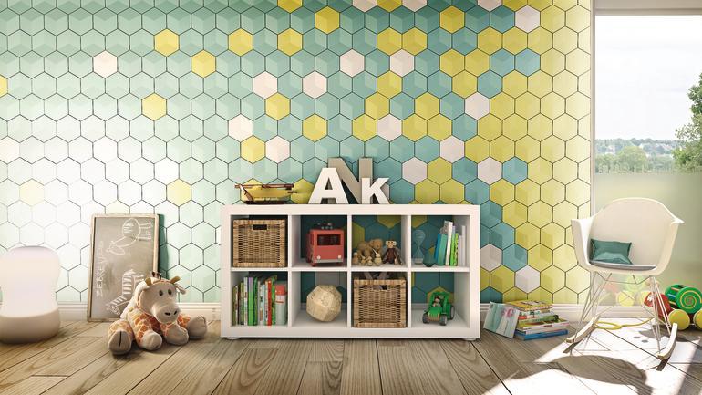 Wandverblendung aus hexagonförmigen Kacheln in matten Metalltönen. Bild: nmc