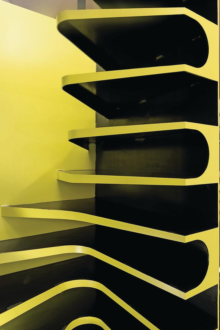 raumgewinn mit treppen und regalelement. Black Bedroom Furniture Sets. Home Design Ideas