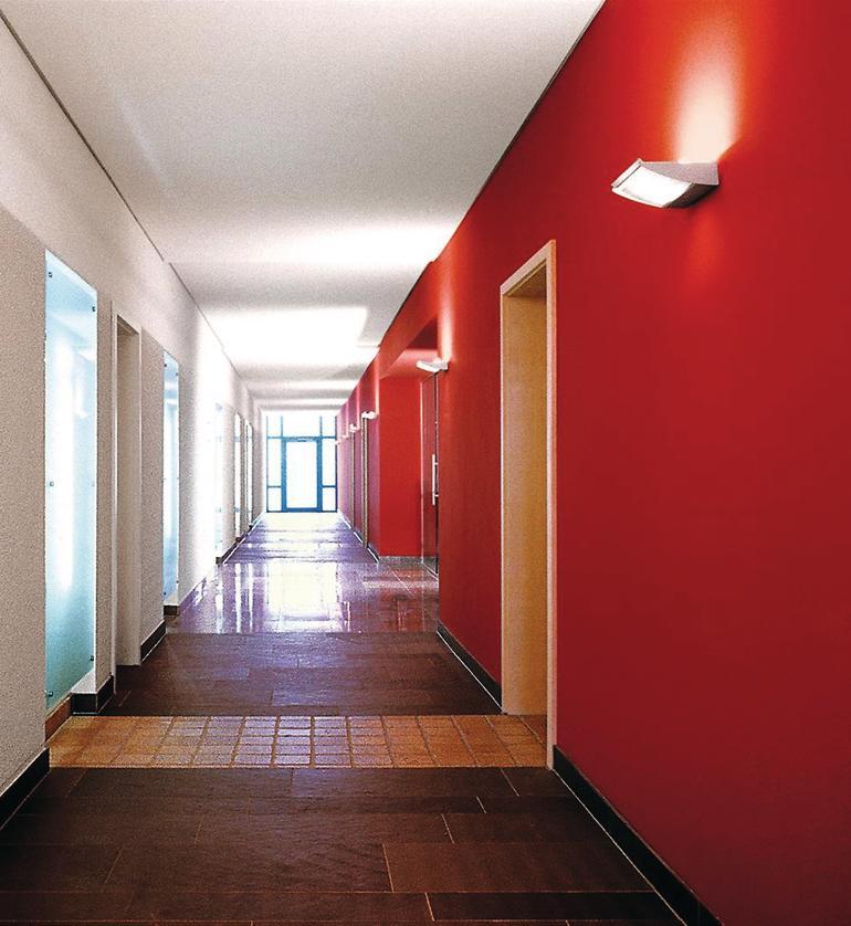 Flur mit rot-weißem Farbkontrast an den gegenüberliegenden Wänden.
