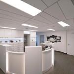 Schräg verlaufende Wände und Deckentrapeze ergänzen sich in den Empfangsräumen zu einem dynamischen Raumeindruck.
