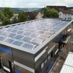 Auf dem Dach der Fabrikhalle befindet sich eine großflächige PV-Anlage. Bild: ebm-papst