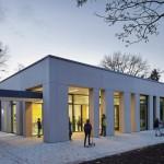 Gute Architektur mit Sandwichelement-Sichtbetonfassade, hergestellt mit Trag-, Vorsatzschale und Dämmung in einem Arbeitsgang.