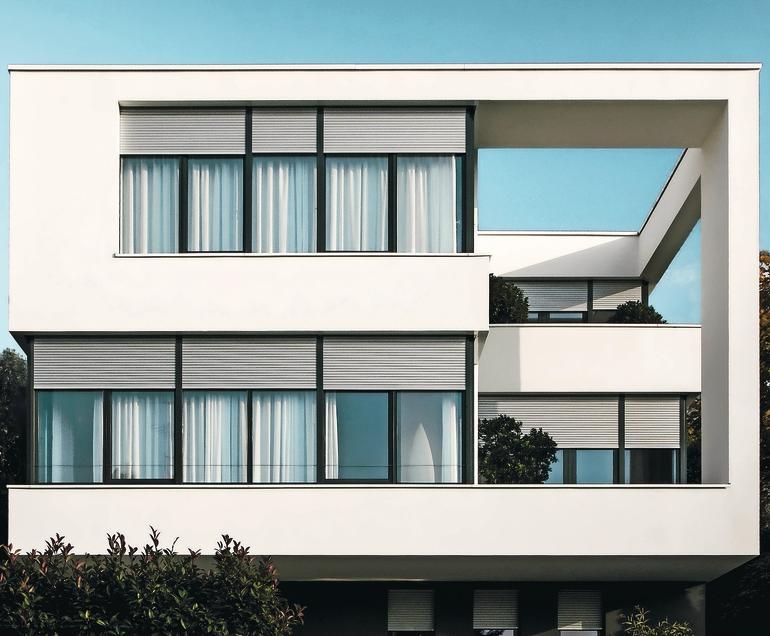 Ein umlaufendes Wandelement verbindet die versetzt angeordneten Stockwerke und gibt dem Gebäude Struktur. Bild: Roma