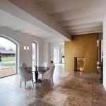 Bodentiefe Festverglasungen und bis zu 3,10 m hohe Fensterelemente bringen Licht und Transparenz in die neuen Wohnräume.